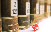 Bücherrücken davor UHH-Anstecker
