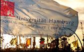 UHH-Flagge (im Hintergrund Hafen)