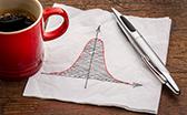 Taschentuch (Zeichnung Parabel), dazu Kaffeebecher und ein Kugelschreiber