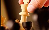 Hand die eine Schachfigur (König) hebt