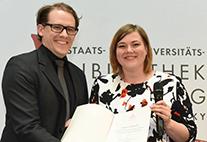 Preisträger Christian-Matthias Wellbrock mit Zweiter Bürgermeisterin Katharina Fegebank