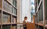 Studierende vor dem Laptop in der Staatsbibliothek Hamburg