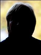 Dunkler Kopf vor hellem Hintergrund