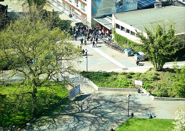 Platz vor dem Gebäude Sozialökonomie