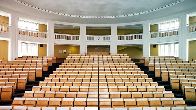 """Hörsaal ESA1-A (""""Ernst-Cassirer""""), im Hauptgebäude, Frontalansicht"""