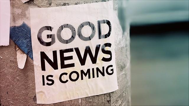"""ein an einen Pfosten geklebter Zettel mit der Aufschrift """" Good news is coming""""/a sign on a post somewhere saying """"Good news is coming"""""""