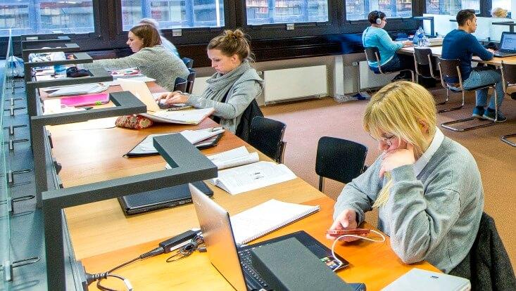 Einzelarbeitsplätze, lernende  Studierende/Individual workspaces, studying students