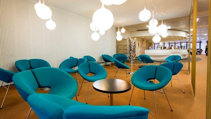 Gruppen von niedrigen Tischen und Sesseln/Groups of low tables and armchairs