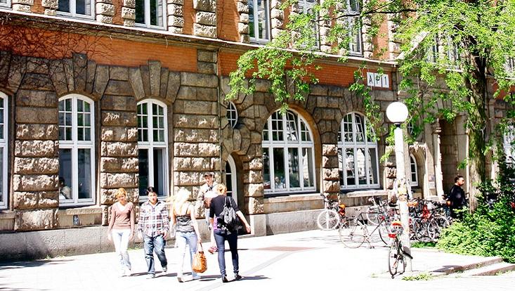 Menschen und Fahrräder vor dem Gebäude AP1/People and bikes in front of the building AP1