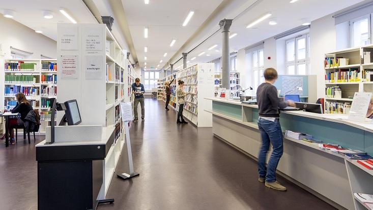 Ausleihtresen, Selbstverbucher, Hauptgang Bibliothek/Circulation desk, self-issuing machine, main library corridor