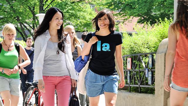 Studierende zu Fuß bei schönem Wetter