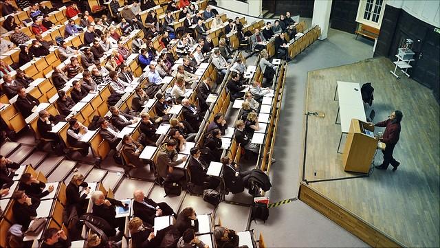 Ansicht eines Hörsaals mit Studierenden und Dozent