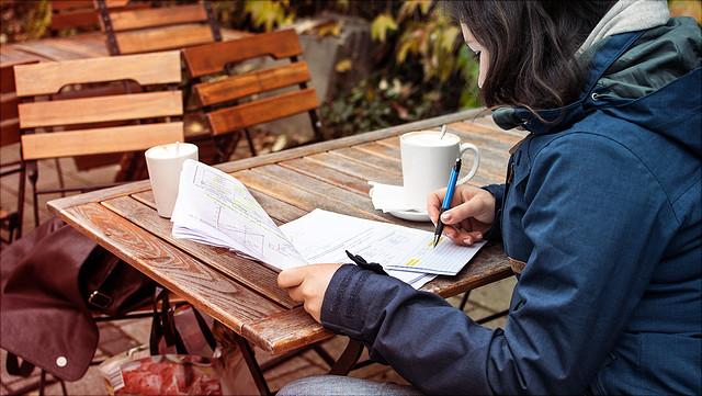 Foto Studierende schreibt