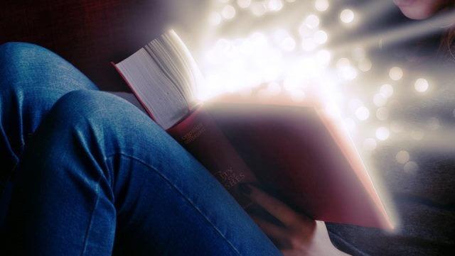 Licht strahlt aus einem Buch heraus/Light shines out of  a book