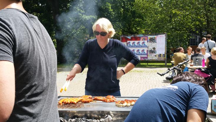 Prof. Dr. Gedenk grillt beim Event ProfsAmGrill.