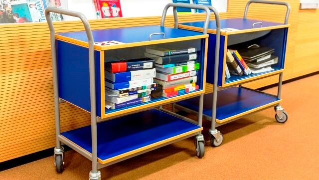 Bücherwagen in der Bibliothek/Boo kcarts in the library