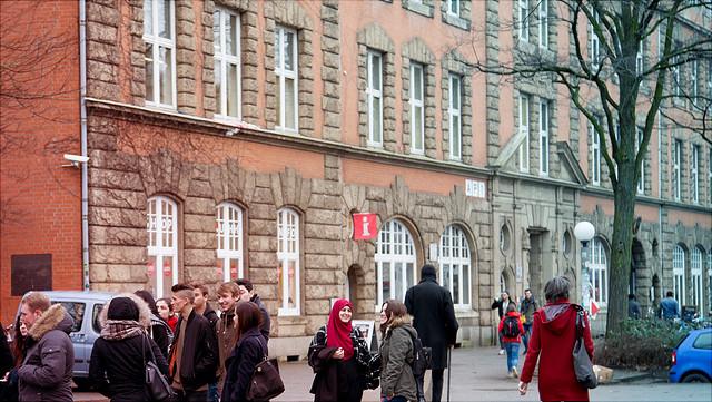"""Studierende vor dem Gebäude Allende-Platz 1 (""""Pferdestall"""")"""