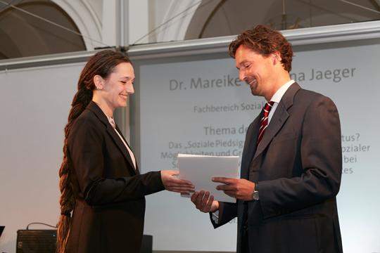Die Absolventin Dr. Mareike Christina Jaeger und der Direktor der Graduate School Prof. Dr. Timo Busch