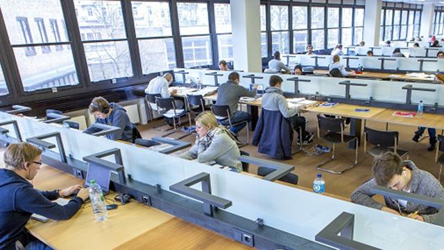 Lesesaal der Bibliothek mit lernenden Studierenden