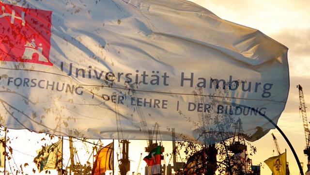 Flagge der Universität Hamburg mit weißem Hintergrund, schwarzer Schrift und rotem Logo der UHH