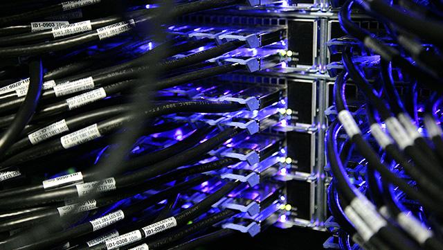 Schwarze Netzwerkkabel mit Blaulicht Anschluss