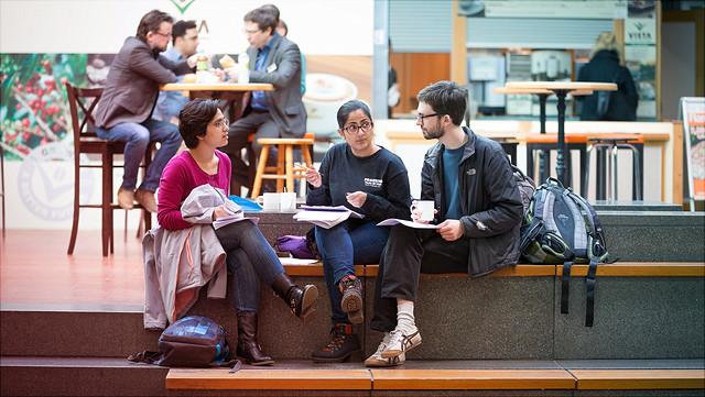Studierende beim Austausch