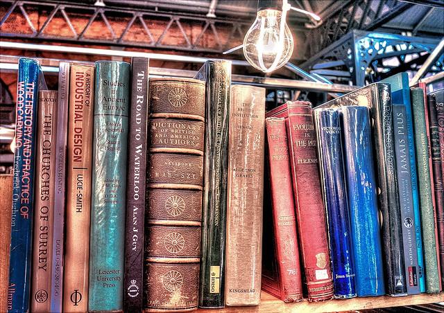 Bücher im Regal mit Glühbirne