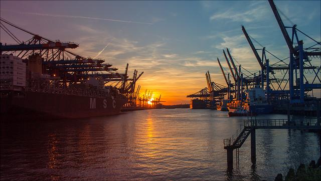 Der Hamburger Hafen bei Sonnenuntergang