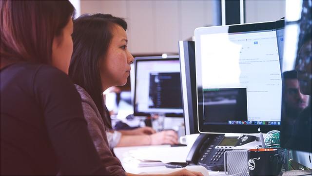 Studenten arbeiten an PC-Bildschirmen