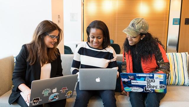 Drei Frauen mit Laptops/Three women working on laptops