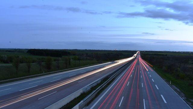 Lichter von Autos auf der Autobahn in der Dämmerung/carlights on highway at dusk