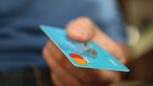 Kreditkarte in einer Hand/A hand holding a credit card