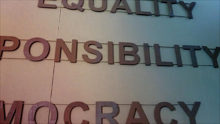Aufschrift: Equality - Responsibility - Democracy