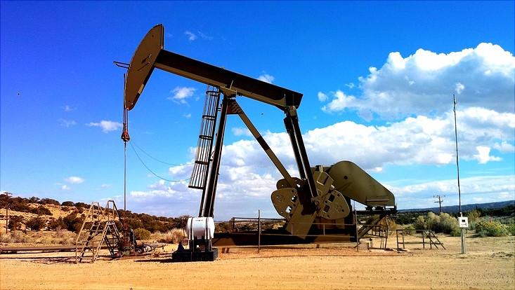 Öl Raffinerie in einer wüstenähnlichen Umgebung
