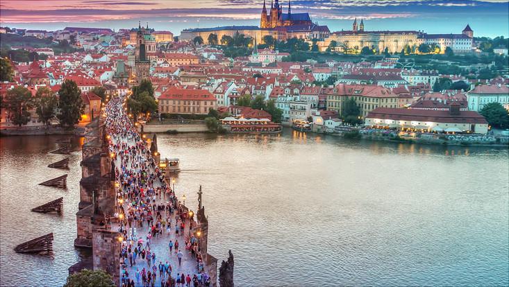 Prag in der Dämmerung: Brücke über die Moldau, die zu der Altstadt führt
