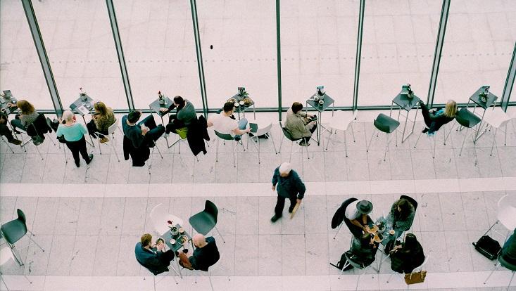 Menschen in der Mittagspause im Londoner Sky garden von oben fotografiert.