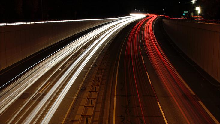Langzeitbelichtung einer Straße bei Nacht