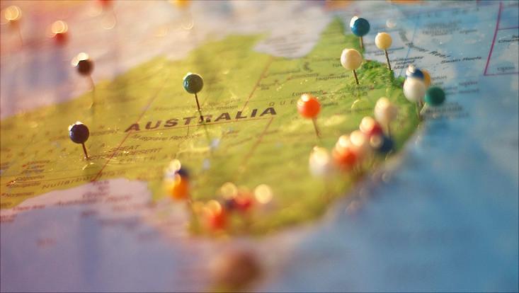 Ausschnitt einer Landkarte: Australien mit Stecknadeln an verschiedenen Stellen