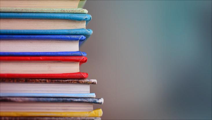 Mehrere Bücher aufeinandergestapelt