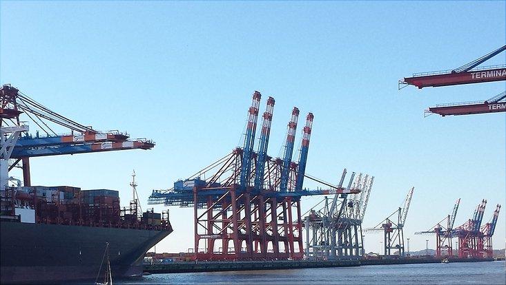 Hafenkräne vor blauem Himmel
