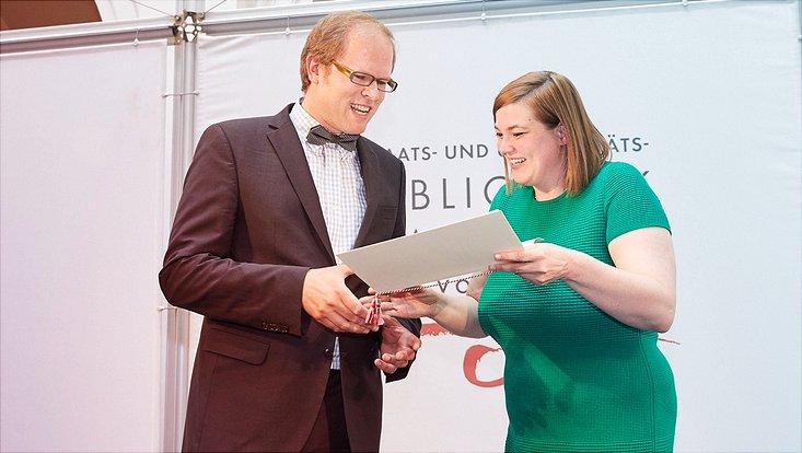 Senatorin Katharina Fegebank überreicht den Hamburger Lehrpreis an Dr. Felix Boor