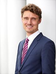 Dieses Bild ist ein Portrait von Prof. Dr. Jonas Schreyögg