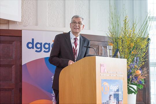 Ein Redner steht im Rahem der dggoe Konferenz am Rednerpult.