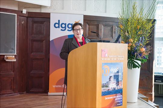 Eine Rednerin steht im Rahem der dggoe Konferenz am Rednerpult.