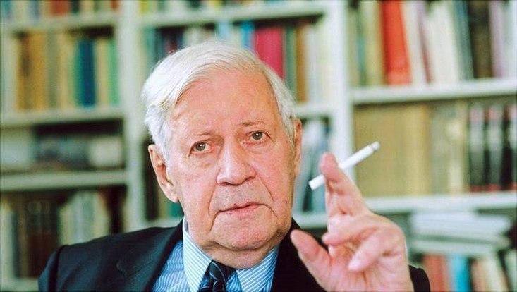 Helmut Schmidt raucht