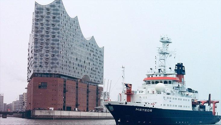 FS Meteor im Hamburger Hafen
