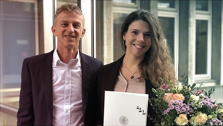 Prof.Dr. Jens Siemon und Dr. phil. des. Anja Augsdörfer stehen mit Disputation im Gebäuder der UHH