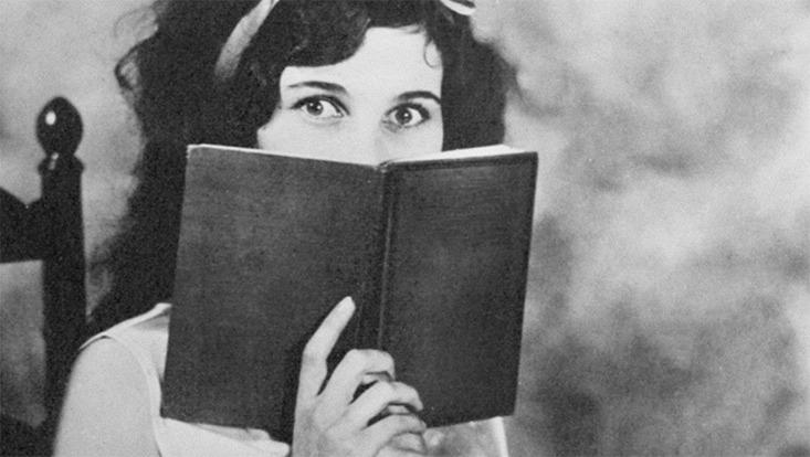 Historisches Foto: Frau mit Buch in der Hand