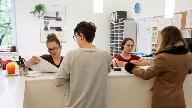 Studienbüro Sozialwissenschaften mit Mitarbeitenden und Studierenden