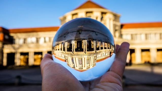 ESA Hauptgebäude durch eine Glaskugel fotografiert